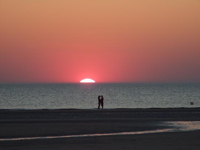 sonnenuntergang-am-strand-von-sankt-peter-ording-suederduen